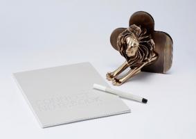 ファーマ部門ブロンズトロフィーと「Connect Pen & Notebook」(ツナゲルペンとツナゲルノート)