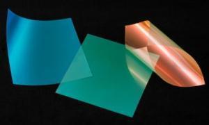構造発色シート「モルフォシート」(左:BLUE、中央:GREEN、右:RED)