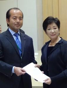 臼田氏(左)が代表して要望書を提出