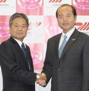 臼田真人会長(右)と増田慶作社長
