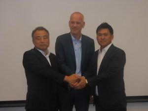 (左から)松石社長、デヒン副社長、岡本本部長