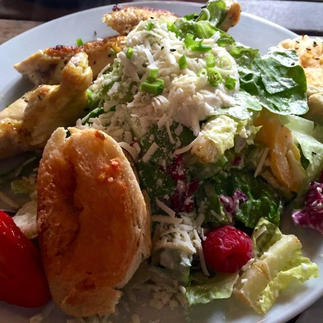 Cesar Salad mit Mais-Hähnchen und Tomatenbrot @ Calé Milestones, Bielefeld