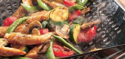 Курица и овощи в тэрияки-стиле на решетке гриля