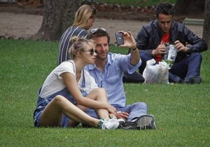 10-Bradley-Cooper-and-Suki-Waterhouse-posing-in-Paris-park-August-2013