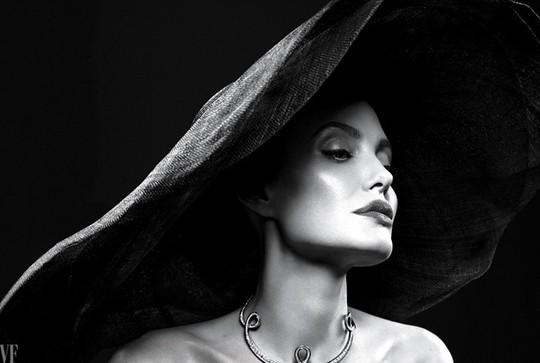 Angelina Jolie tâm sự về bệnh tật, làm mẹ đơn thân - Ảnh 1.