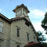 さっぽろ創世スクエア完成で札幌時計台の写真撮影が困難に?! ビルの谷間の重要文化財