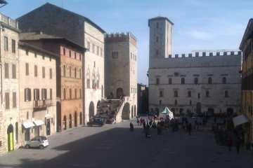 """Il tour """"Tra storie e leggende"""" è cominciato dalla Cattedrale di Todi, da cui si gode di un'impressionante vista su Piazza del Popolo."""