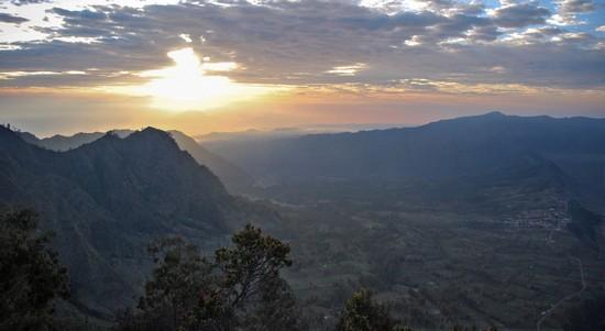 Lever de soleil sur Cemoro Lawang (les volcans se trouvent à droite)