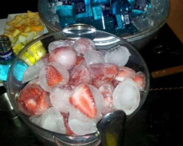 Fresas congeladas en cubitos de hielo