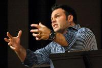 Famoso Pastor Mark Driscoll causa polêmica ao ironizar homens héteros evangélicos com trejeitos afeminados