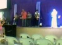Verdade ou mentira? Foto em igreja evangélica brasileira teria flagrado anjo no altar. Veja a foto