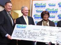 Cristã ganha na loteria e guarda bilhete na Bíblia antes de receber prêmio de R$591 milhões
