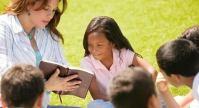 Pastores bilionários investem dinheiro em campanhas de distribuição de Bíblias em escolas públicas