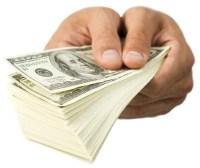 Pastor e líderes de igreja doam dízimos e ofertas para caridade