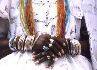 Mãe-de-santo cobra mais de R$ 100 mil para impedir fim de casamento e é acusada de estelionato