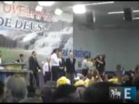 José Serra e Gilberto Kassab sobem ao púlpito da Igreja Mundial, recebem benção e participam de culto com Ap. Valdemiro Santiago
