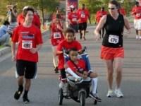 """Menino de 10 anos que sonha em ser pastor causa comoção ao pedir para ser as """"pernas de Deus"""" para irmão com paralisia"""