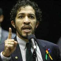 """Jean Wyllys critica PSOL por aceitar candidatura do pastor Jefferson Barros por ele manter """"amizade com homofóbicos endinheirados"""""""