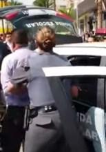 Pastor é preso enquanto fazia pregação ao ar livre; Motivo seria mensagem contra homossexualidade; Assista
