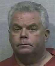 """Pastor """"anti-gay"""" é preso por agarrar o órgão sexual de um homem em estacionamento"""