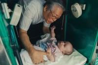 """""""The Drop Box"""": Trabalho de pastor que acolhe bebês abandonados virou filme; Veja o trailer"""