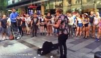 """Vídeo: ativistas gays protestam contra pastor que pregava """"ao ar livre"""" e tentam calá-lo com música"""