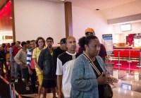 Pastor organiza visita de moradores de rua ao cinema e emociona funcionários e clientes; Entenda