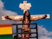 """Transexual """"crucificado"""" na Parada Gay é intimado a depor para explicar ultraje a símbolo cristão"""