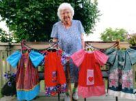 Idosa de 100 anos costura mais de mil vestidos infantis e doa para missões na África