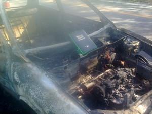 Carro de evangélica pega fogo em estrada e Bíblia que estava no porta-malas fica intacta