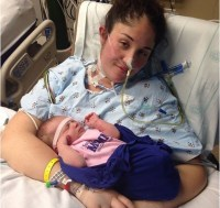 """Mãe entra em coma durante parto e desperta ao ouvir o choro da filha: """"Deus é poderoso"""""""