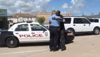 Convertido, ex-condenado reencontra policial que o prendeu e ora por ele; Assista