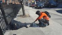 """Oração de jovem por morador de rua viraliza no Facebook e emociona: """"Restaurou minha fé"""""""