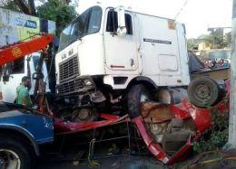 Acidente de trânsito mata 16 evangélicos; Veículo foi atingido por caminhão sem freio