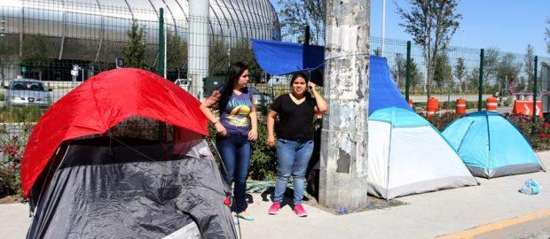 """#NowNews: ¡ Justin Bieber llega a México y las Bebliebers se alistan con campamentos tipo """"La CNTE"""" ! 🤣"""