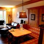 Jede Suite sieht anders aus und ist anders ausgestattet als andere. Hier mit Kachelofen. © Nina-Carissima Schönrock