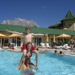 In zwei Außenpools wird geplantscht und getobt. © Leading Family Hotel & Resort Alpenrose