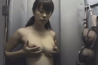 【盗撮動画】デパートの下着売り場の試着室とかいう全裸不回避な場所に隠しカメラ設置しちゃいましたww