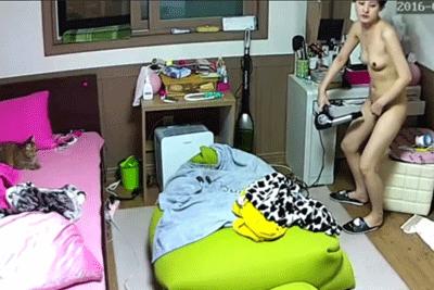 【盗撮動画】黒髪スレンダー韓国人女性の一人暮らしの部屋を盗撮!お風呂上りでドライヤーで陰毛乾かしてますw