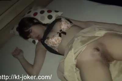 【盗撮動画】カ〇パン似の激カワギャルが泥酔して眠っちゃったので、脱がして晒してチンコ擦りつけてるところ盗撮したったww【無修正】