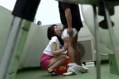 【盗撮動画】タバコ吸いに屋上上がったらカップルがフェラしてもらってるの発見したんで、慌てて動画盗撮した割にはけっこうウマく撮れててよかったww