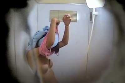 【盗撮動画】公共プールのシャワー室で着替えるJDを隠し撮り!楽しそうにキャッキャ言いながら着替えてますが、思い切り盗撮されてますからねw