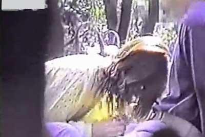 【盗撮動画】ビバ野外セックス盗撮!ww公園のベンチで彼女にフェラ&手コキさせちゃってる彼氏。そして献身的にフェラして最後はティッシュで拭いてあげてる健気な彼女w