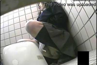 【盗撮動画】女子トイレの個室のドア下からカメラ入れて中を覗いたら、なんと超真面目系の眼鏡JKが制服のままオナニーしちゃってるとかいう衝撃映像が撮れちゃいましたw