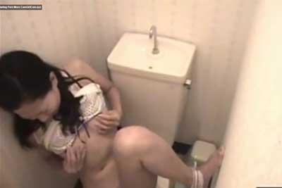 【盗撮動画】女子トイレに隠しカメラ仕掛けて放尿シーン撮ろうと思ったら、便器のふたも開けずにいきなりオナニー始める激エロギャル撮れちゃったww