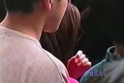 【盗撮動画】こういう超人ごみの中では後ろの男性に気を付けましょうww。隠しカメラで目の前のギャルのパンチラ盗撮している率高いですよww