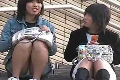 【盗撮動画】公園の階段のところに座り込んでお菓子食べながら話し込んでる私服JK二人組。パンティー見えてますと教えるわけなく隠し撮りwww
