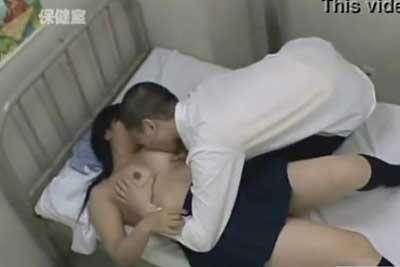 【盗撮動画】学校の保健室のベッドを使ってセックスしちゃってる生徒を発見!こういう生徒は叱っても効き目がないので一部始終を盗撮することにしましたww