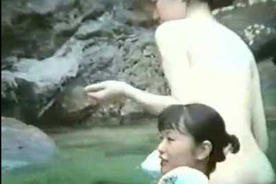 【盗撮動画】とある女性に人気の温泉の露天風呂を遠方からズームカメラで盗撮したら、OL二人組の女子旅グループの全裸が撮れちゃいましたww