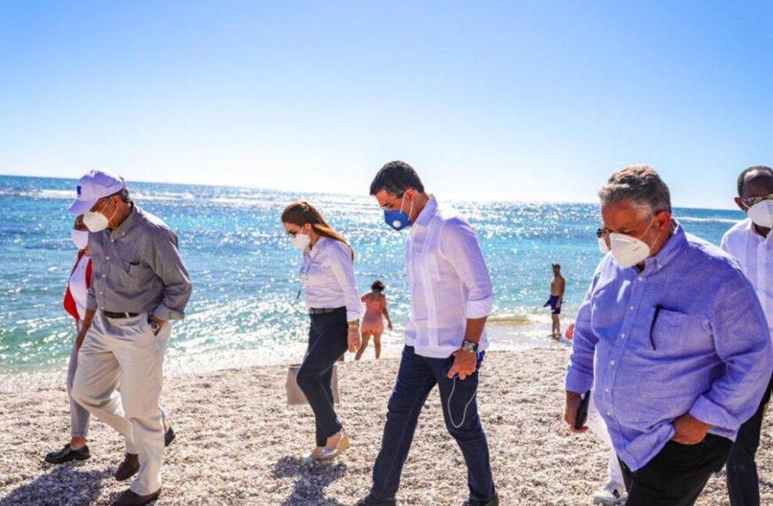 David Collado visita la playa El Quemaíto en Barahona